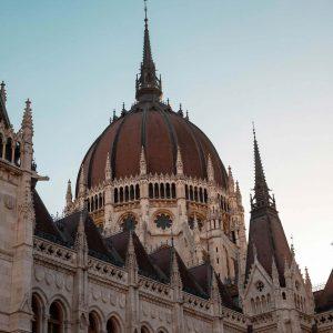Detailaufnahme von einem Turm des Parlamentsgebäudes in Budapest