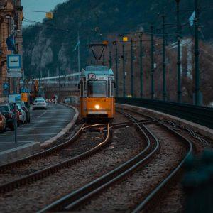 Die orangene S-Bahn Linie 2 in blauer Dämmerung