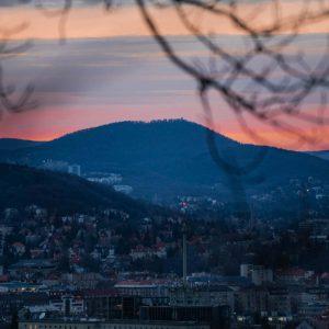 Rot-orangener Sonnenuntergang über den Bergen bei Budapest