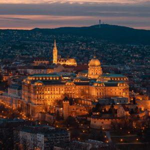 Der Budapester Palast und die Matthiaskirche beleuchtet bei Sonnenuntergang