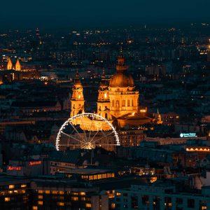 Nachtaufnahme des Budapest Eye un dem St. Stephan Dom