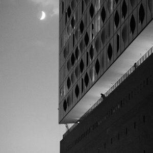 Leuchtenede Mondsichel neben der Elbphilharmonie in Hamburg