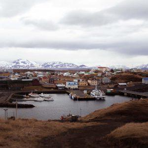 Boote und Häuser im Hafen von Stykkishólmur in Island