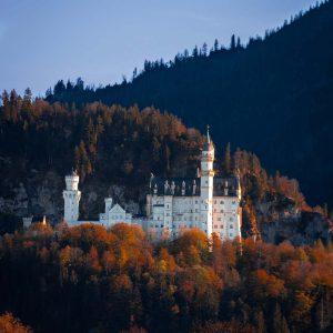 Das Schloss Neuschwanstein wird von der Abendsonne angeleuchtet.