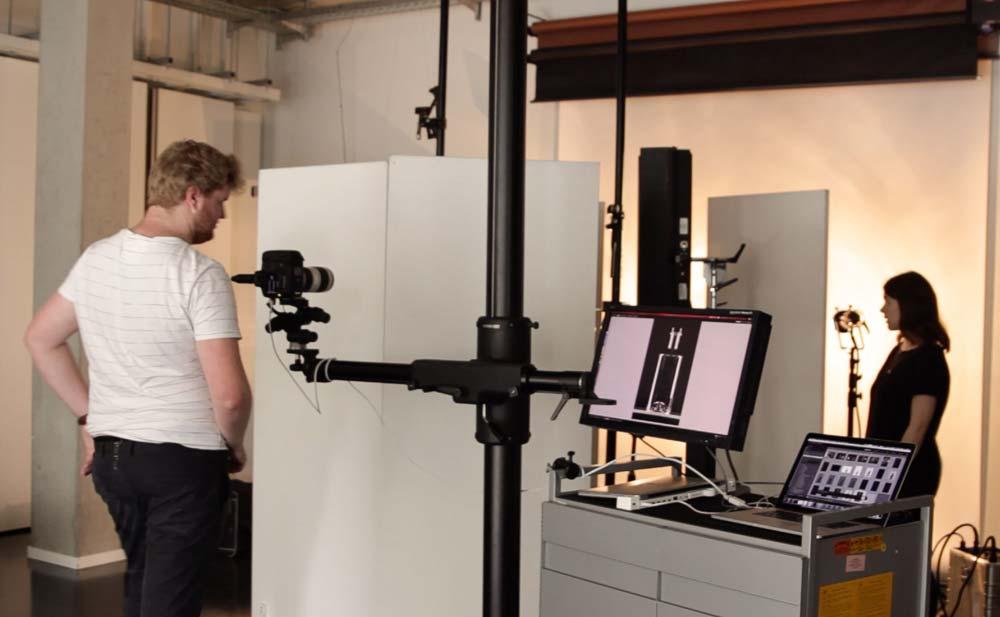 Eine Aufnahme hinter den Kulissen von Produktfotografie von Hanna und Dorian im Fotostudio.