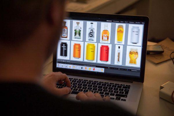 Die Produktfotos werden mit Adobe Photoshop bearbeitet.