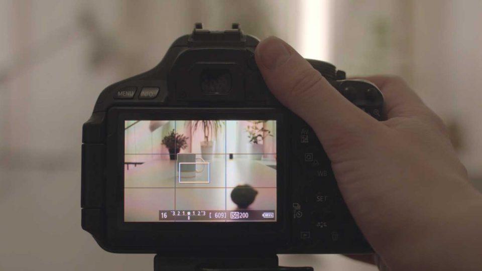 Eine Kamera zeigt ein Setup mit mehreren Gegenständen hintereinander als Übungsort für das Einstellen der Blende