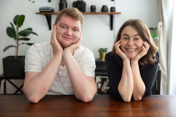 Die Gründer Hanna und Dorian schauen freudig gespannt in die Kamera