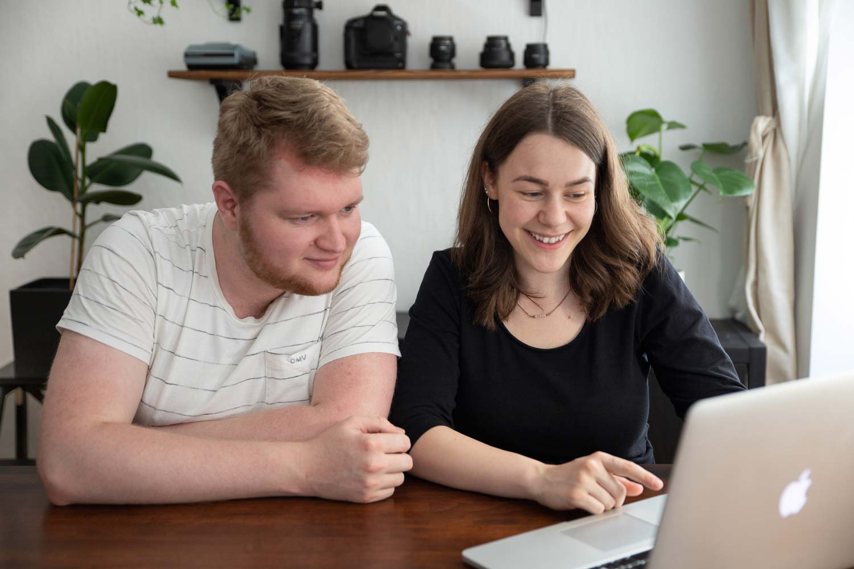 Die Gestalter Hanna und Dorian arbeiten am Computer