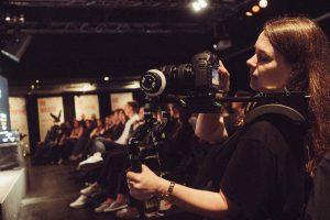 Hanna (unser Profi für Film) bedient die Kamera auf ihrem Schulterrig.
