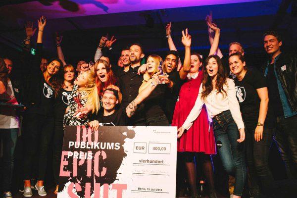 Das Team DAB bekommt den Publikumspreis überreicht.