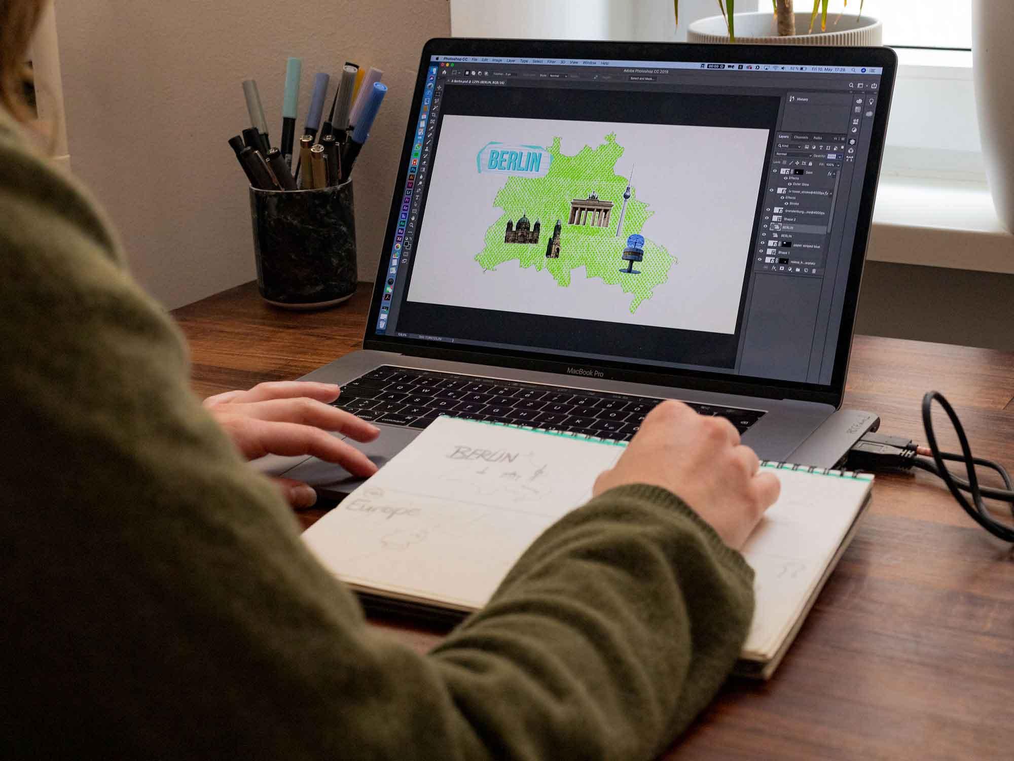Hanna konzipiert das Storyboard der Animationsserie.