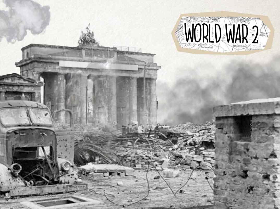 Eine Bildcollage des zweiten Weltkrieges in Berlin. Zu sehen ist ein kaputtes Auto und Trümmerteile vor dem Brandenburger Tor.