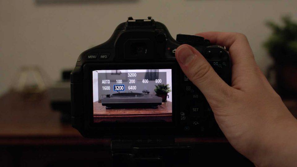 Hanna filmt einen Plattenspieler und man sieht die Auswahl der ISO Einstellung auf dem Kameradisplay