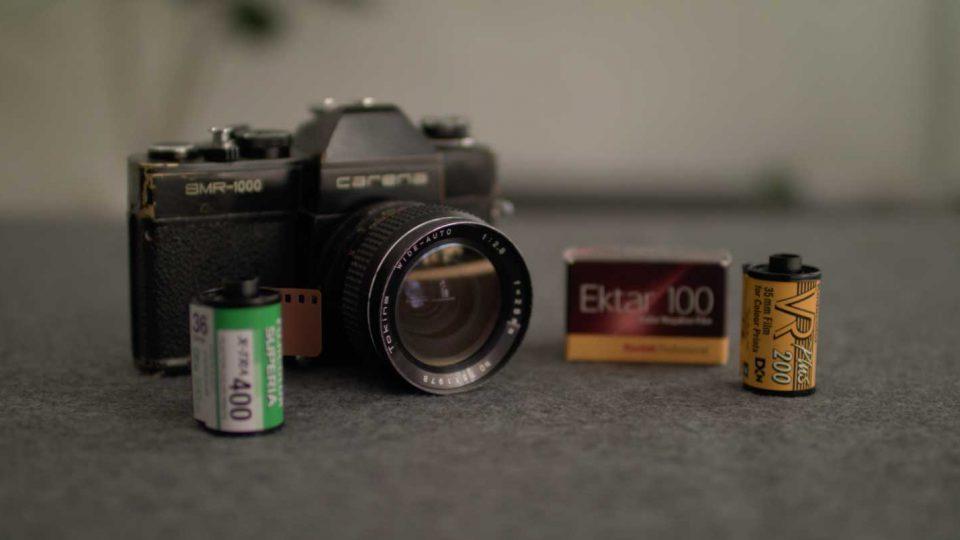 Eine analoge Carena Kamera und drei Filmrollen mit verschiedenen ISO Werten als Thumbnail für den ISO