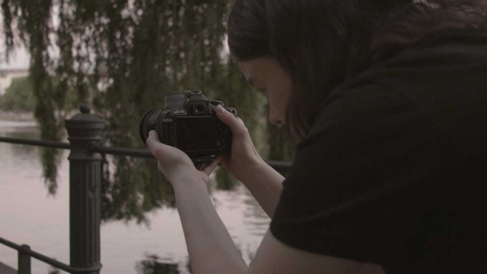 Hanna filmt aus der Hand mit der Kamera eine Szene am Maybachufer