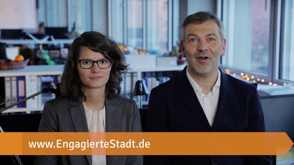 Der Geschäftsführer Christoph Emminghaus und Beraterin Hanna Hielscher von Syspons im Büro und der Link EngagierteStadt.de