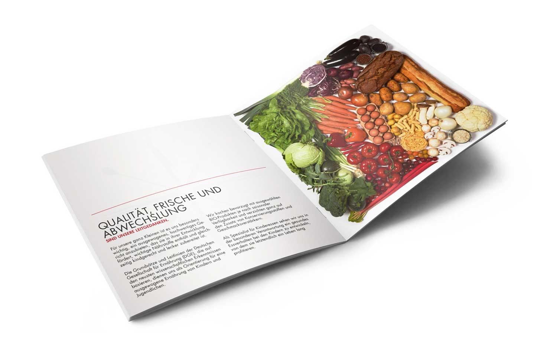 Das Produktfoto der Gemüsecollage wird vollflächig in der Broschüre abgebildet.
