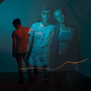 Wanja und Maja posen für die Kamera mit blauem Licht