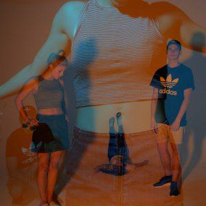 Laura, Adrian und Malena posen für die Kamera mit orange-blauem Licht