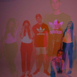 Laura, Adrian und Malena posen für die Kamera mit rotem Licht