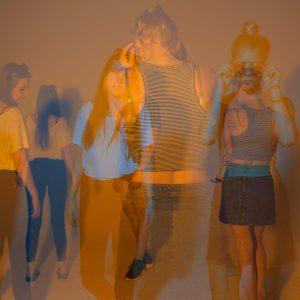 Laura, Adrian und Malena posen für die Kamera mit orange-blauer Doppelbelichtung