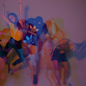 Laura, Adrian und Malena springen und posen für die Kamera in pink und blau