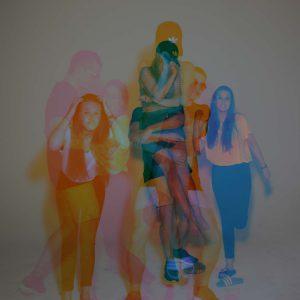 Laura, Adrian und Malena posen für die Kamera als Doppelbelichtung mit vielen bunten Farben