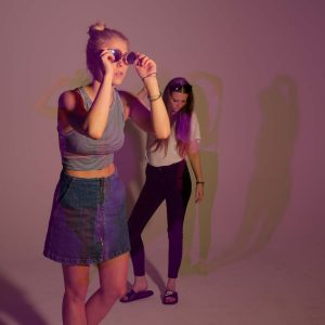 Laura und Malena posen für die Kamera auf einem pinken Bild
