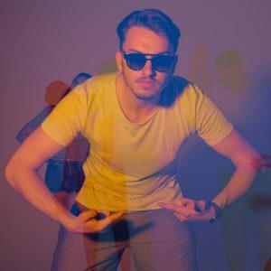Manuel posed für die Kamera mit seiner Sonnenbrille in bei gelb-lila Licht