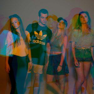 Laura, Adrian, Malena und Nuria posen für die Kamera in Blau-Orange-Pink