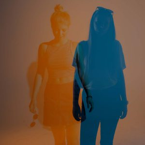 Laura und Malena posen für die Kamera als Siluette vor Blau und Orange