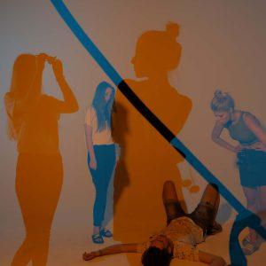 Laura, Wanja und Malena posen für die Kamera mit orange und dunkelblauem Licht