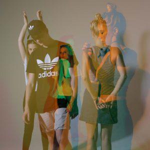 Laura, Adrian und Malena posen für die Kamera in bunten Farben