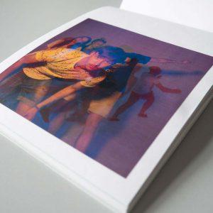 Eine Seite des Buches mit großflächigem Bild