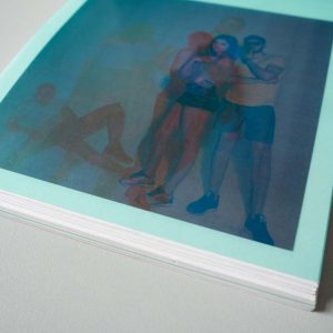 Detailaufnahme der eingelegten Folie über einem Bild es Hipster Zines