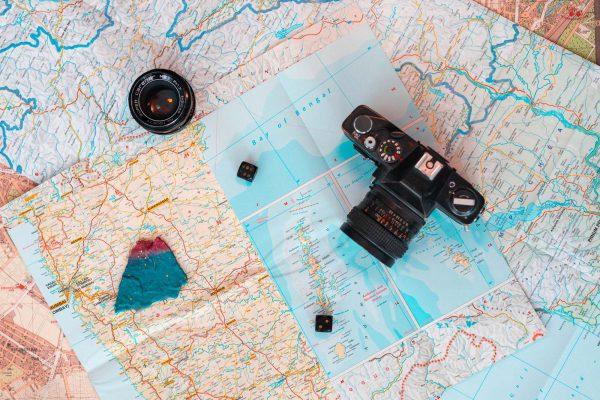 Passend zum Thema Roadtrip und Reisen haben wir unsere Landschaftskarten ausgebreitet. Die Kamera darf dabei natürlich nicht fehlen.
