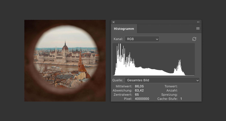 Ein perfekt belichtetes Bild des Budapester Parlamentsgebäudes mit seinem Histogramm.